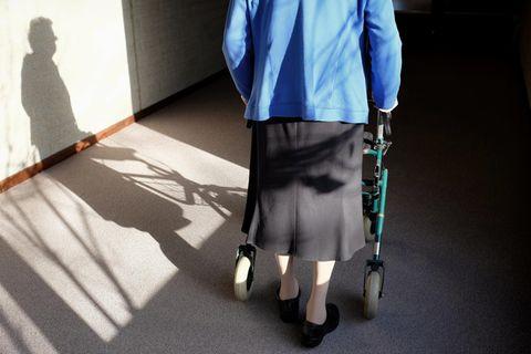 Schockierendes Urteil: Behinderte Seniorin aus Wohnung geschmissen