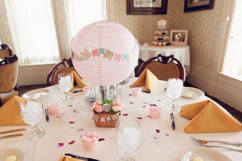 Heißluftballon basteln: Ideen, Anleitungen und Tipps: Ballon mit Körbchen auf einer gedeckten Kaffeetafel