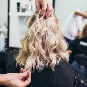 An diesem Tag sollte man nicht zum Friseur gehen: Blonde Frau beim Friseur
