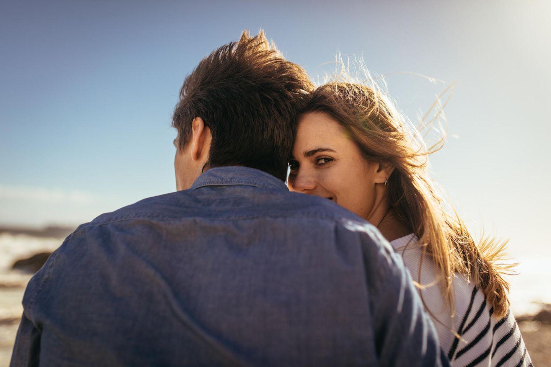 Wie oft trifft man die große Liebe? Ein Paar von hinten, Frau blickt über die Schulter zurück