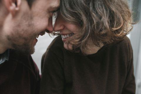 Richtig fragen: Frau und Mann kommen sich näher