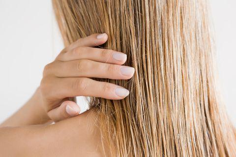 Graue Haare färben: Frau mit blonden Haaren