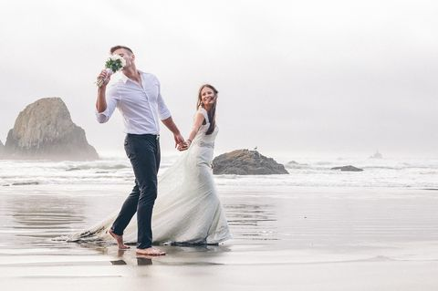Heiraten am Strand: Brautpaar am Meer