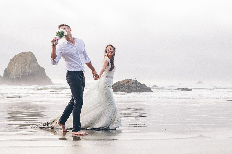 Heiraten am Strand: Brautpaar am Meer