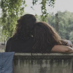 """""""Ich bin verheiratet und liebe eine Frau"""": Zwei Frauen Arm in Arm"""