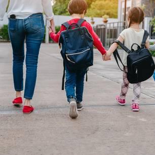 Erzieher Gehalt: Frau mit Kindern Hand in Hand