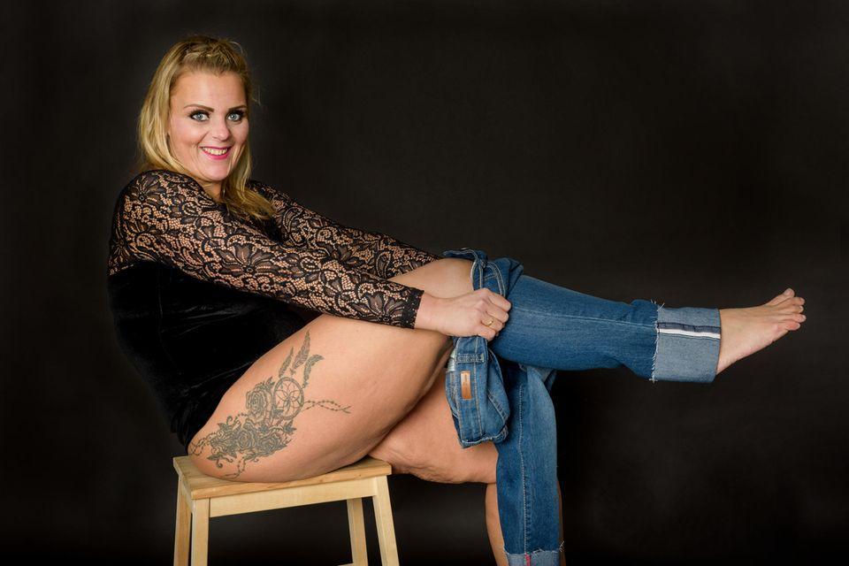 82 Kilo weniger Sarah versucht, eine Hose anzuziehen