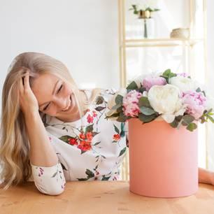 Valentinstagsgeschenke, die wir uns selber machen: Frau vor einer Vase mit Blumen