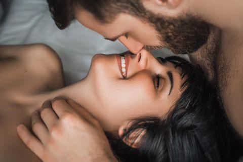 Was ist der Unterschied zwischen Sex haben und Liebe machen? Ein glückliches Pärchen im Bett