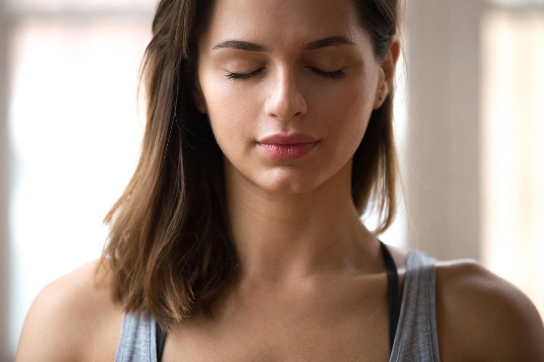 Wim Hof Methode: Frau meditiert