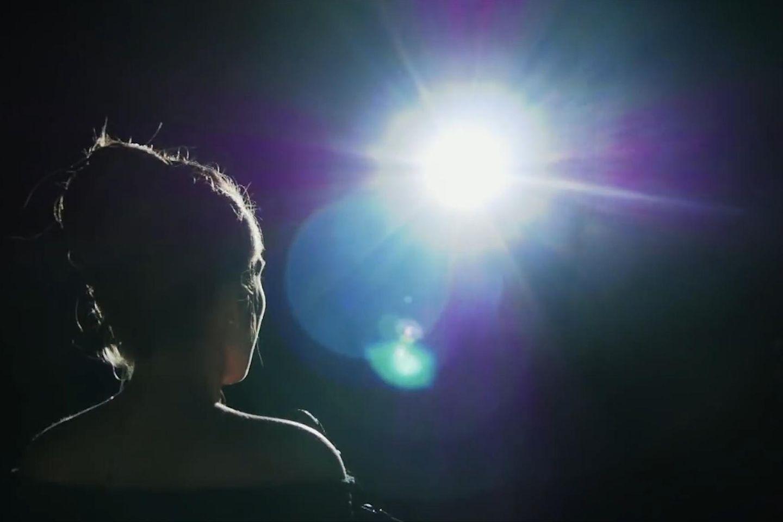 Unterschätze ich mich selbst? Eine Frau schaut zur Sonne