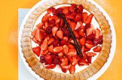 Marzipankuchen mit Erdbeersalat