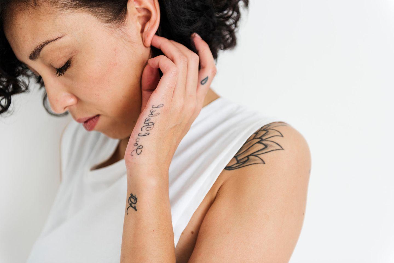 Hand frau tattoo 100+ kleine