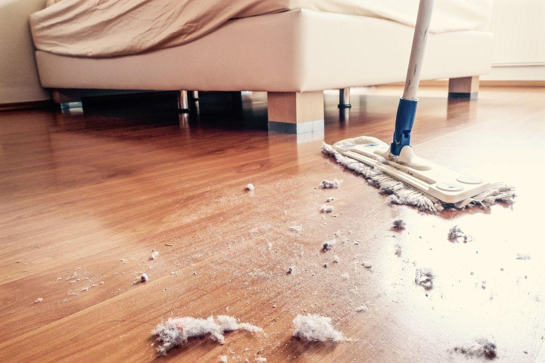 Hausstauballergie: Staub wird gefegt