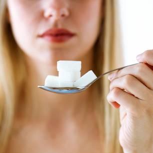 Zuckerfrei leben: Löffel mit Würfelzucker