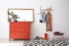 Kleiner Flur: 5 Einrichtungsideen für mehr Stauraum und Weite: Flur mit einer Kommode, Spiegel, Garderobe und Hocker