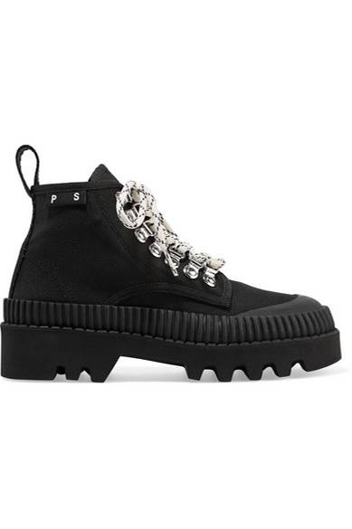 Auch dieses Jahr sind die praktischen Schuhe in Wanderschuhoptik wieder voll im Trend. Sie lassen sich je nach Geschmack unterschiedlich kombinieren: entweder gewagt und kontrastreich zum femininen Rock oder lässig zu cropped Jeans. Schwarze Modelle wie das hier von Proenza Schouler sind besonders vielseitig (ab 450€ über net-a-porter).