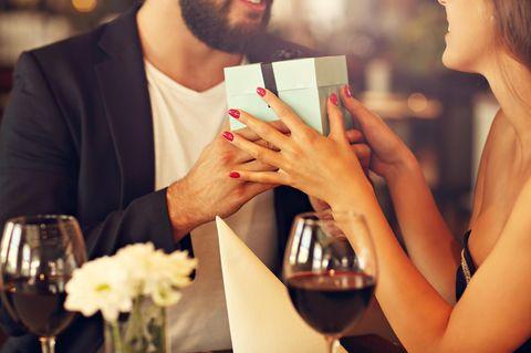 Das wünschen sich die Sternzeichen zum Valentinstag: Ein Mann und eine Frau beim Date
