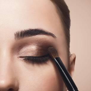 Liquid Lipstick als Lidschatten: Frau mit Augen-Make-up