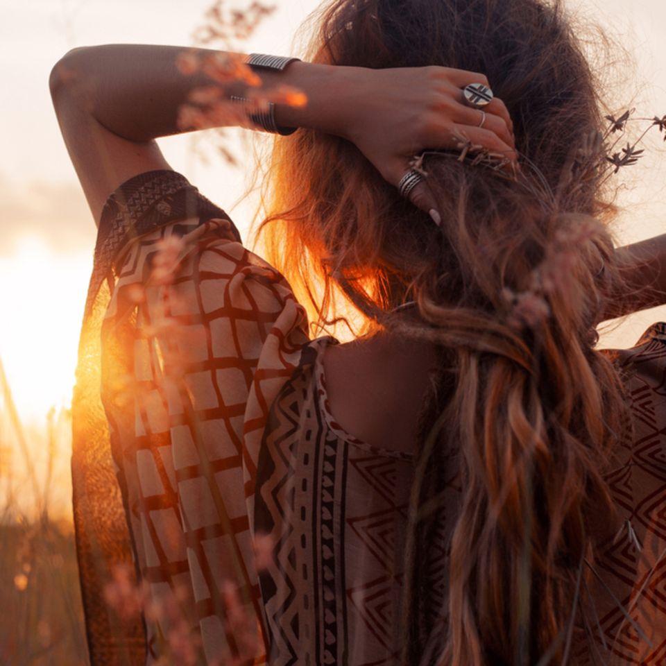 Spruch des Tages - Frau beim Sonnenuntergang