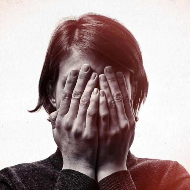 Akrasia-Effekt: Eine junge Frau hält sich die Augen zu