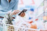 Zeitfresser loswerden: Eine Frau beim Einkaufen