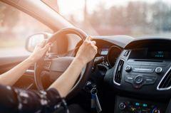 Zeitfresser loswerden: Eine Frau beim Autofahren