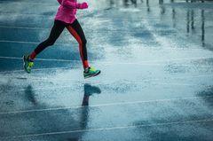 Zeitfresser loswerden: Eine Frau beim Laufen