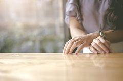 Zeitfresser loswerden: Eine Frau wartet