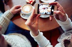 Zeitfresser loswerden: Eine Frau fotografiert ihren Kaffee