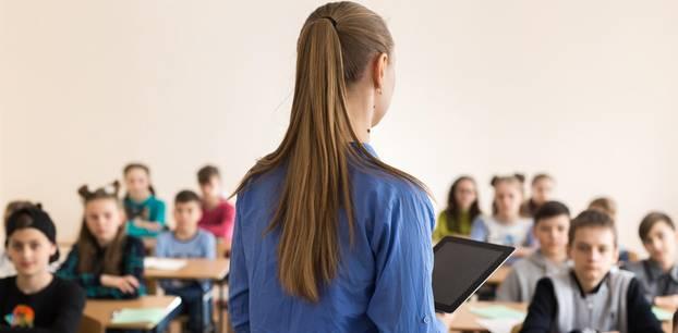 Lehrer Gehalt: Lehrerin vor Klasse