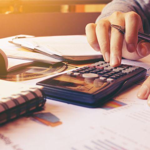 Steuerfachangestellte Gehalt: Frau kalkuliert am Taschenrechner