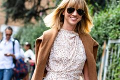 Kleider für den Frühling: Frau mit Kleid