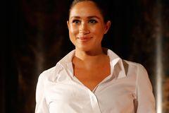 Herzogin Meghan in einer weißen Bluse