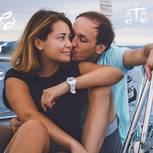 Welches Sternzeichen passt zu Fische? Ein Pärchen küsst sich auf einem Segelboot