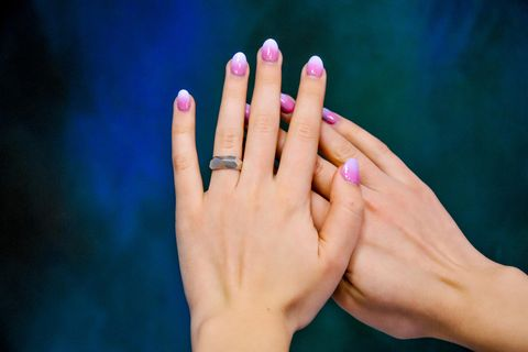 Babyboomer-Nägel: Zwei Hände mit zweifarbig lackierten Fingernägeln im Ombré-Look.