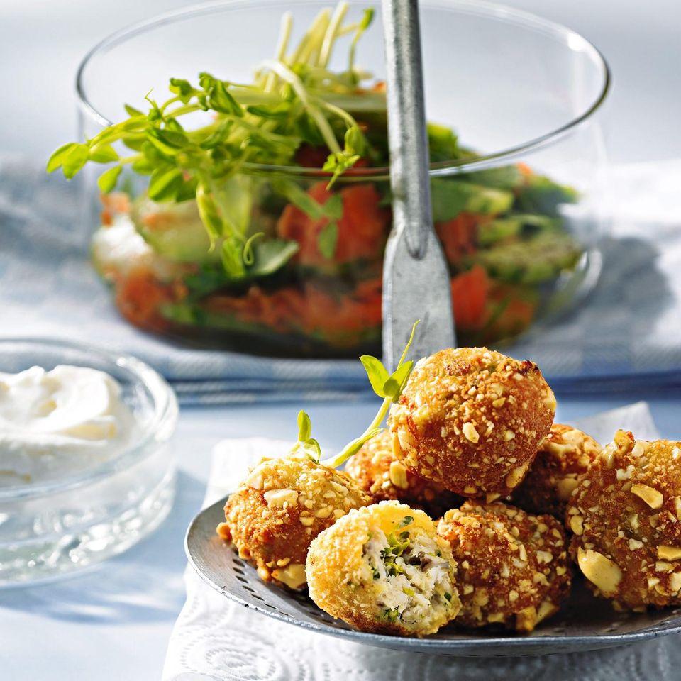 Gebackene Fischbällchen mit Sprossen und Gurken-Möhren-Salat