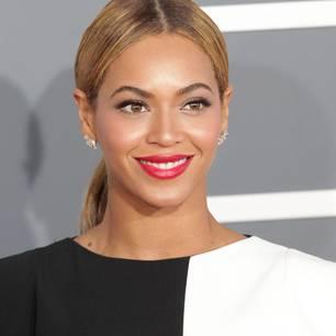 Pritt-Stift als Augenbrauengel: Beyoncé Knowles mit rotem Lippenstift