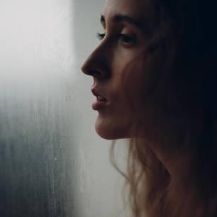 Suizidversuch: Frau schaut aus dem Fenster