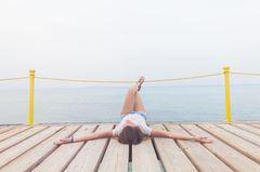 Nur wer diese Dinge akzeptiert, kann lieben: Eine Frau allein auf einem Steg am Meer