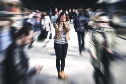 Die Meta-Methode: Frau bekommt Angst in einer Menschenmenge