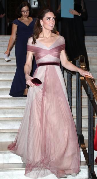 Herzogin Kate trägt ein rosafarbenes Kleid