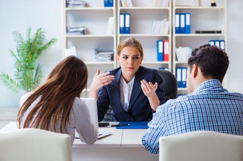 Bankkaufmann Gehalt: Bankkauffrau berät Kunden