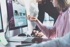 Industriekaufmann Gehalt: Kollegen analysieren am Computer