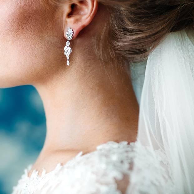 Brautfrisur mit Schleier: Braut mit Brautkleid und Schleier im Haar