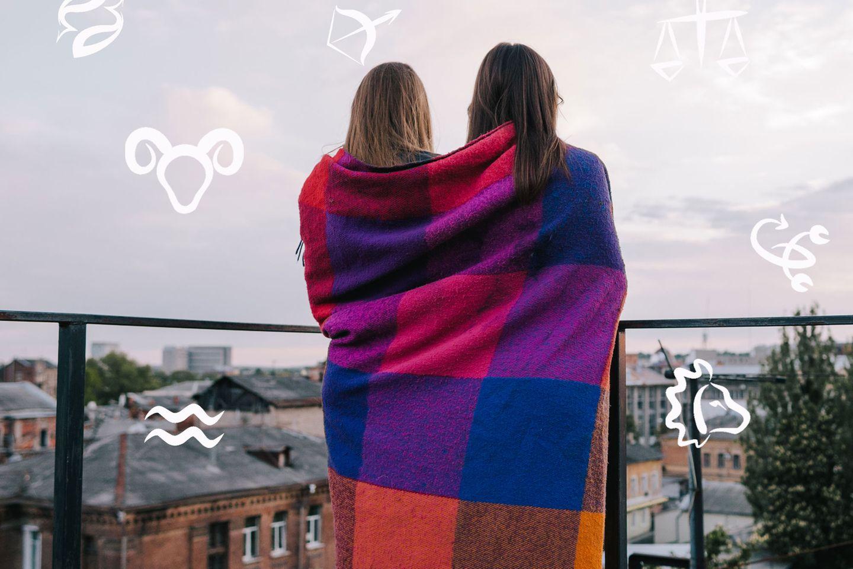 Gründe, warum jeder einen Stier im Leben braucht: Zwei Frauen mit einer Decke