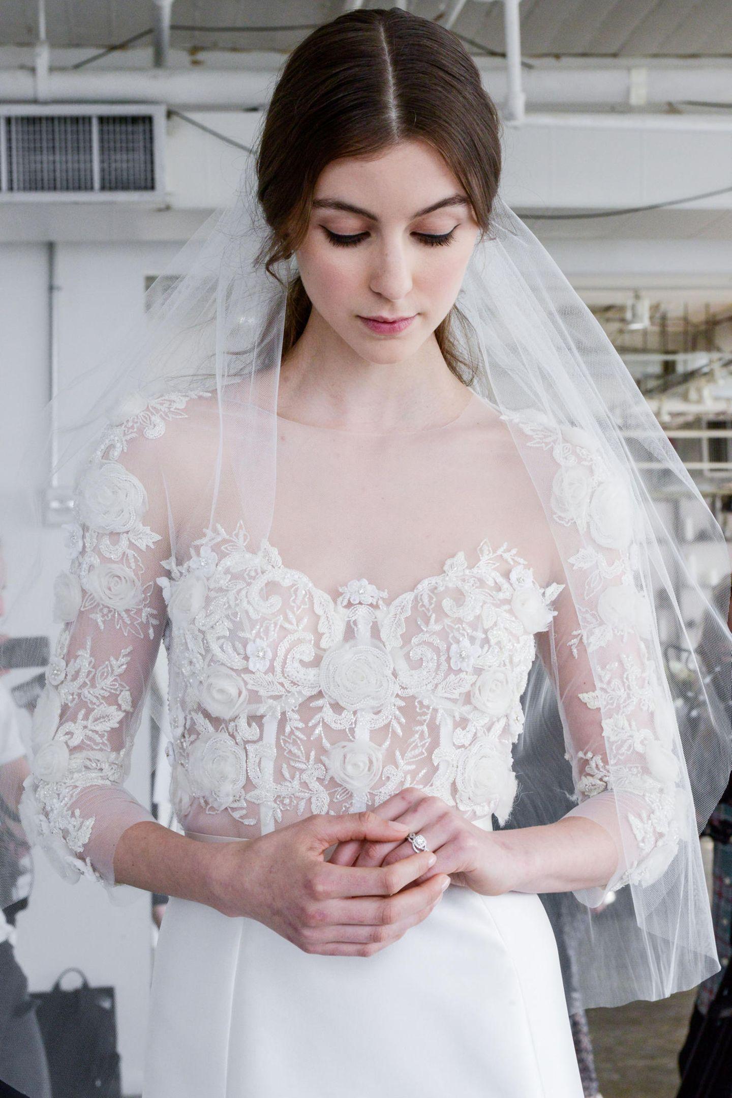 Brautfrisur mit Schleier: Frau mit Brautkleid und kurzem Schleier