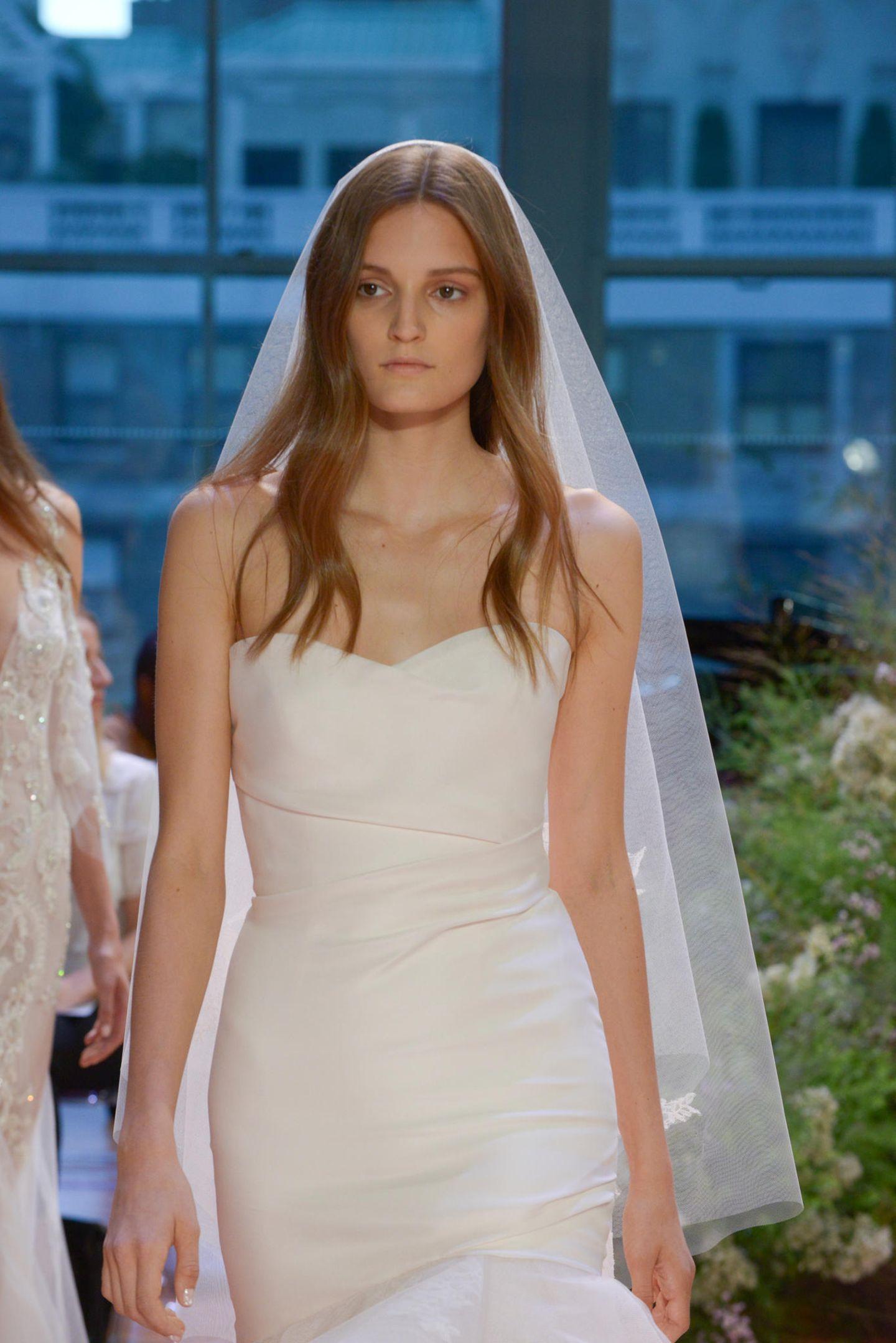 Brautfrisur mit Schleier: Frau mit Brautkleid, Schleier und offenen Haaren