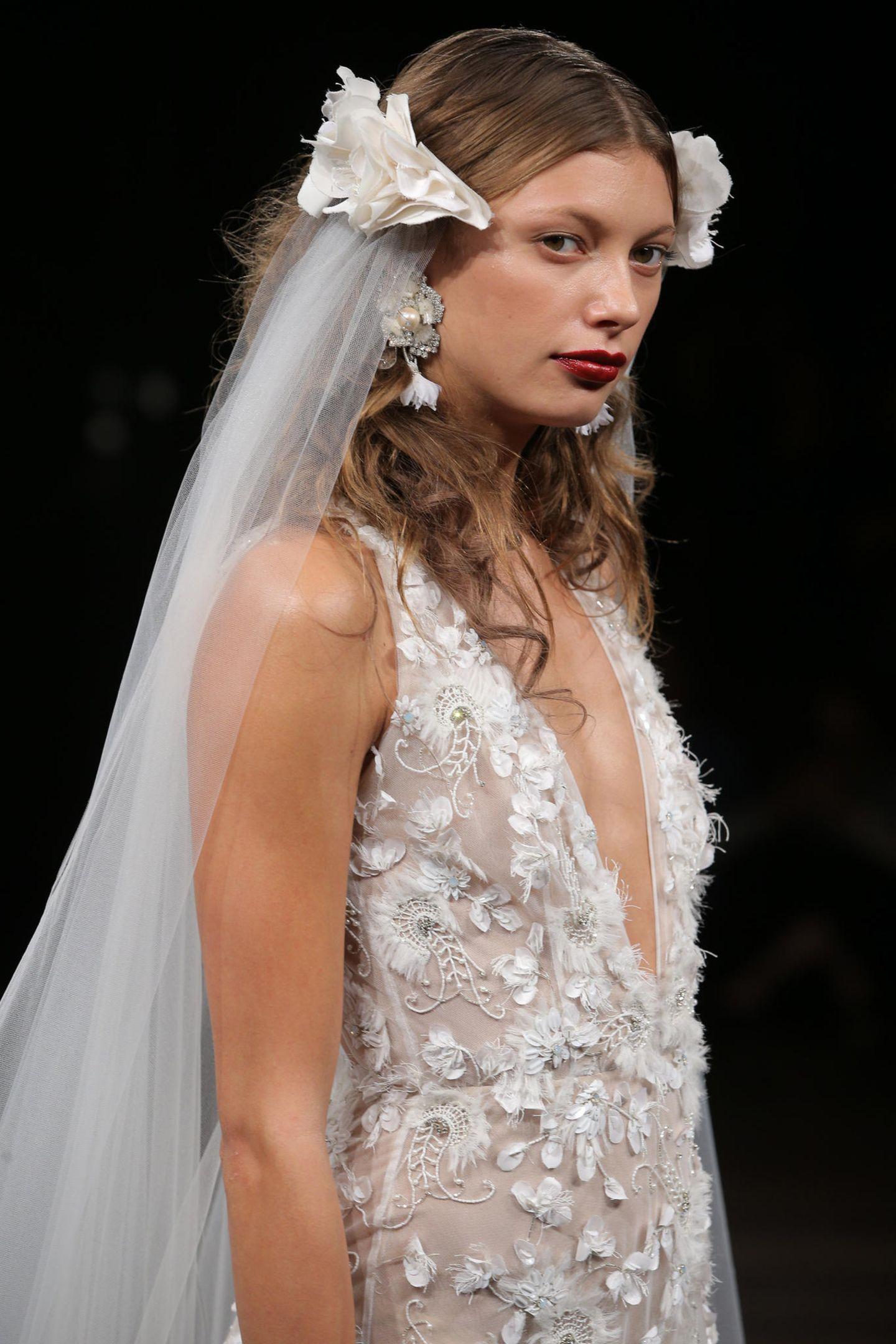 Brautfrisur mit Schleier: Frau mit Brautkleid und zwei Schleier-Elementen im Haar