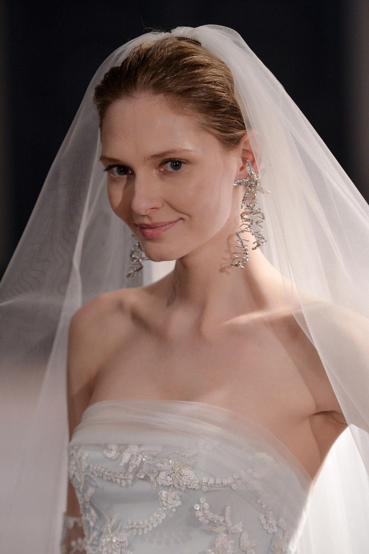 Brautfrisur Schleier: Frau mit Brautkleid und Schleier